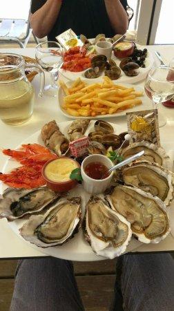L'Océane: Deux assiettes de fruit de mer, frite et pichet 50cl de vin blanc