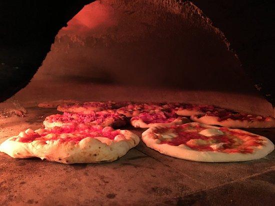 Libery Pizza & Artigianal Beer: Le pizze cuociono nel forno a legna...