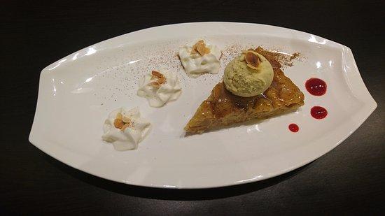 Andilly, France: Tarte tatin parfumée à la cannelle servi avec sa boule de glace à la vanille