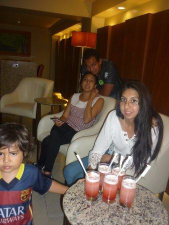 Hotel Palace Guayaquil: Disfrutando en familia de unos cokteles de bienvenida por parte del hotel