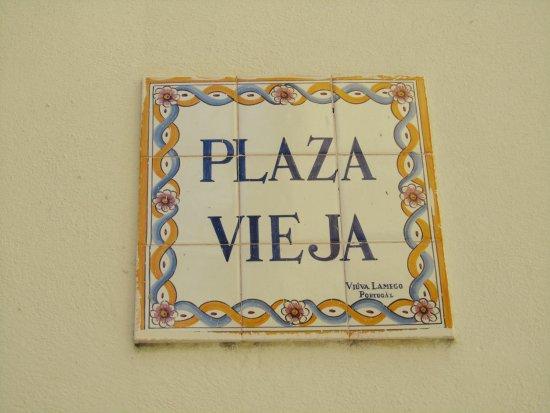 Piastrelle di ceramica portoghesi col nome della piazza foto di