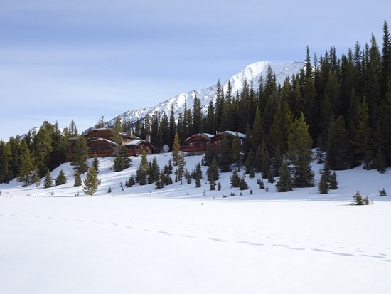 Mount Engadine, Kanada: Photo of lodge and cabins from meadow below