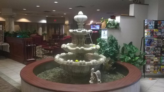 Fort Erie, Canadá: Fountain in lobby with Lounge in background.