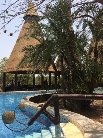 Mandina River Lodge: Such a fab pool! Walking depth all over its extensive nooks and crannies!