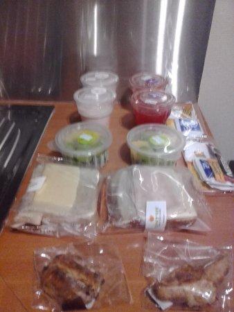 RQ Providencia: desayuno: sandwich, jugo, yogurt, cafe, te, croissant, fruta