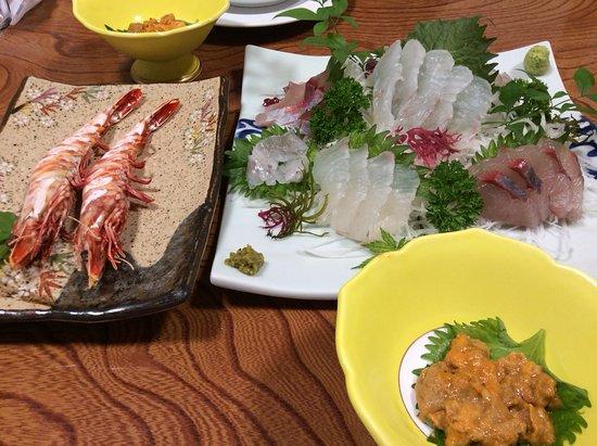 Minshuku Iruka Kan: 刺身盛合せ、ムラサキウニ、車海老の塩焼き