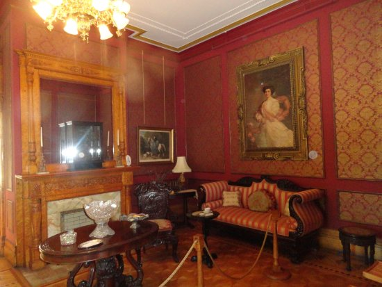 Conrad-Caldwell House Museum (Conrad's Castle): Sitting Rom With THe Caldwell's Daughter's Portrait