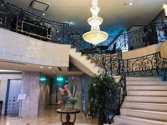 Shonan Crystal Hotel : 一階エントランスは吹き抜け。フロントは階段昇った踊り場です。