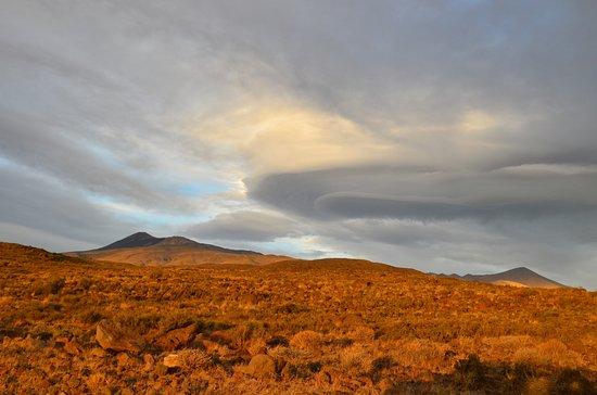 Chos Malal, Argentinien: La tormenta encima del volcán.