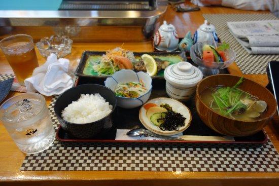 Satsumasendai, Giappone: 日替わり定食(鯖塩焼き《日替わり》ご飯、アサリたっぷりの味噌汁、茶碗蒸し、フルーツ、小鉢、漬物盛り合わせ)