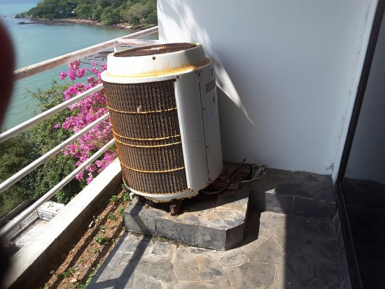 Hinsuay Namsai Resort Hotel: Noisy antiquated air conditioner on dirty balcony