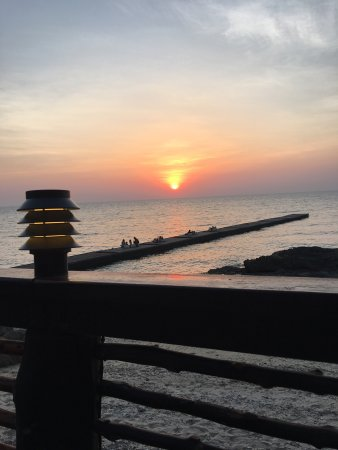 Paradee Resort & Spa Hotel: The food is beautifully cooked and presented, and the sunsets, well the photos just say it all d