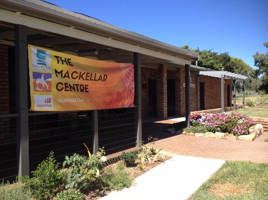 Gunnedah, Australia: The Mackellar Centre offers beautiful gardens - perfect for a stroll in the sun!