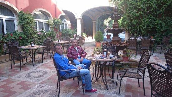 Hotel Plaza Manjón: patio terraza del hotel donde poder tomar algo