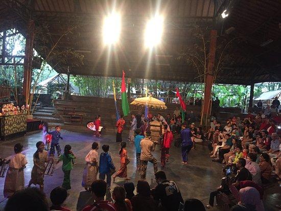 Saung Angklung Udjo: Culture dance