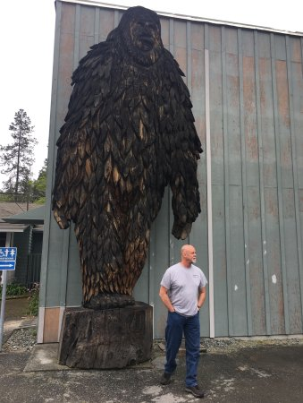 Willow Creek, CA: BIG FOOT Statue in front of the museum.