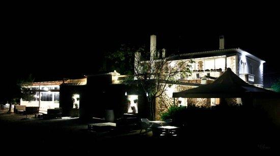 Betera, Spain: La Masia de noche vista desde el jardín