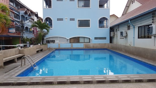 A&B Guest House: The communal Swimming Pool outside the hotel