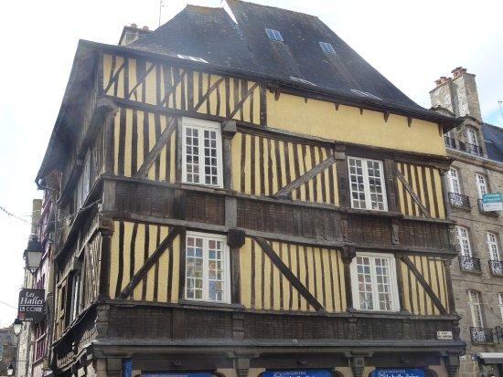 la maison jaune picture of centre historique dinan. Black Bedroom Furniture Sets. Home Design Ideas