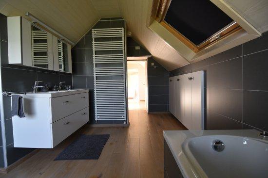Ruime badkamer op het verdiep met douche, ligbad, lavabo en toilet ...