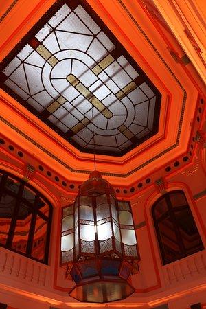 ทูร์โคน, ฝรั่งเศส: Le plafond art déco de la piscine et le magnifique lustre oriental