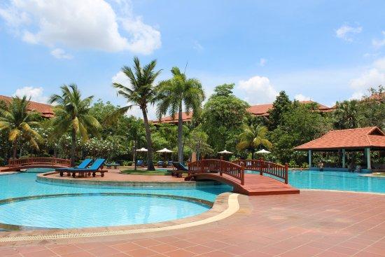 Angkor Palace Resort & Spa: Main pool and bar