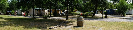 Carcans, ฝรั่งเศส: Vue générale du camping avec les logements placés dans la verdure des feuillus