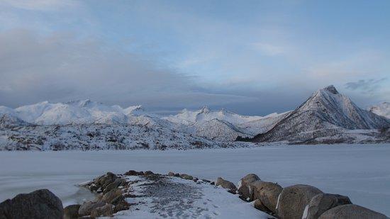 Laukvik, Noruega: Voici la vue sur la jetée qui donne sur le lac.