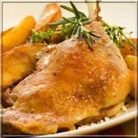 Rimons, France: Cuisse de canard confit avec des pommes de terres paysannes