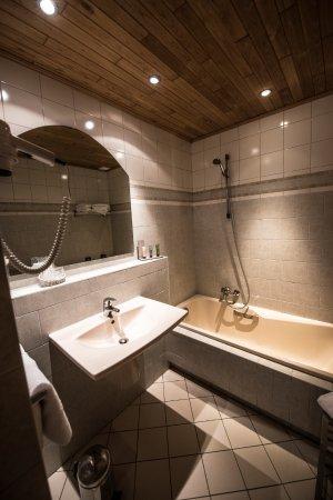 salle de bain avec bain photo de hostellerie gilain dinant tripadvisor. Black Bedroom Furniture Sets. Home Design Ideas