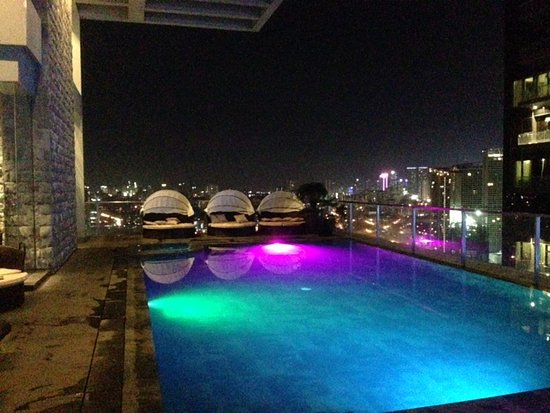 City Garden Grand Hotel: Rooftop Bar At Night