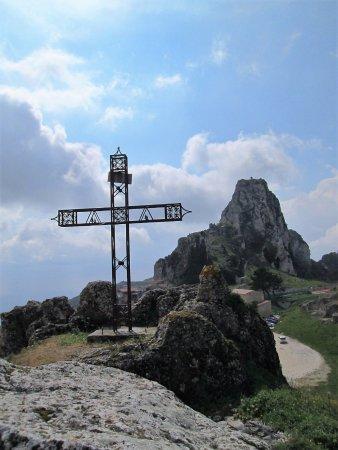 Caltabellotta, Italia: croce di vetta nei pressi della chiesa