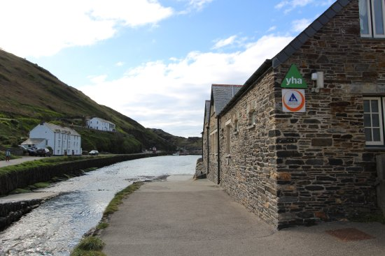proximity of YHA Boscastle to harbour side