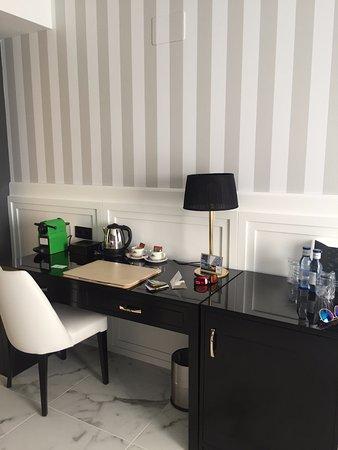 grand luxor hotel escritorio de la habitacin con mini bar y cafetera