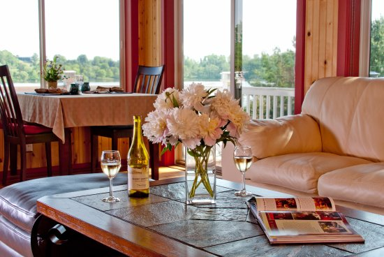 Whispering Pines Bed and Breakfast: Breakfast is served in our sunroom overlooking the lake.  Enjoy evening wine in comfort.