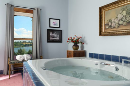 Dellroy, OH: This is the Lakeview room with its extra large whirlpool tub and inside view of the lake.