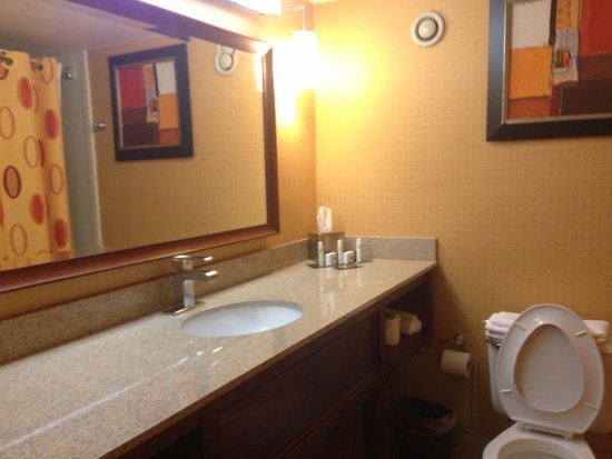 Oak Ridge, TN: Clean and spacious bathrooms