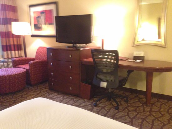 DoubleTree by Hilton Oak Ridge - Knoxville: TV, desk and lounge chair.