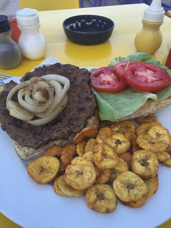 Barefoot Bar : fresh burger with baked plantains
