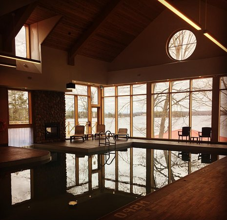 North Kawartha, Kanada: The pool has a great view of the lake