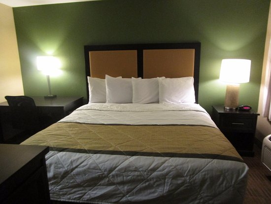 Extended Stay America - Houston - Med. Ctr. - NRG Park - Braeswood Blvd: KIng size bed in our Extended Stay room