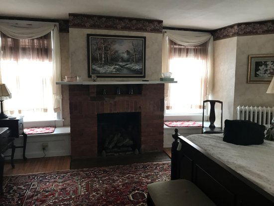 Stonegate Bed and Breakfast: Fireside room