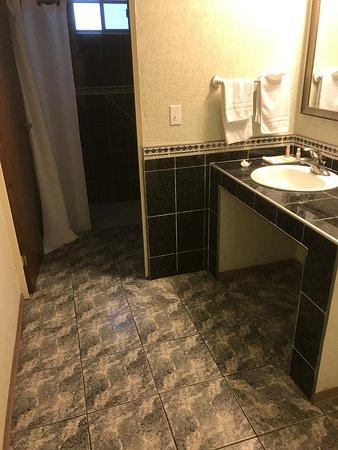 Nuevo Casas Grandes, Messico: Bathroom and Walk-in Shower