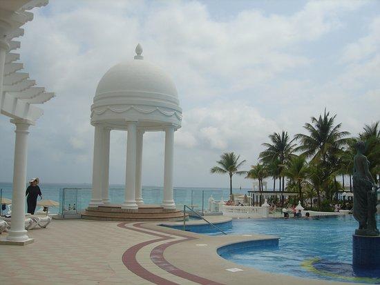 Zona de piscina foto de hotel riu palace las americas for Alberca las americas