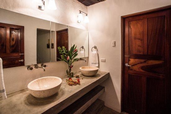 Pavones, Costa Rica: Shared bathroom for Plumeria and Coco Suites