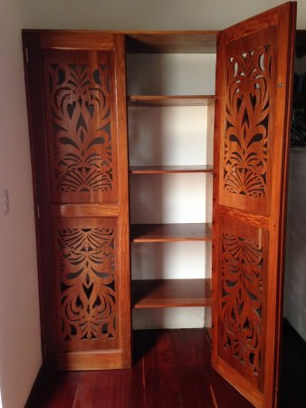 Miss Margrit's Guest House: Beautiful hardwood floors and wardrobe area in room