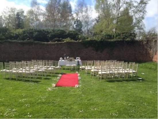 Raheen House Hotel: Intimate wedding set in the secluded walled garden