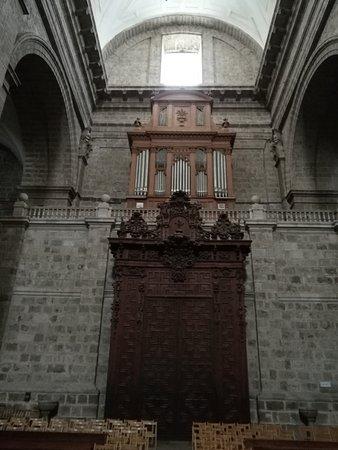 Catedral de Nuestra Senora de la Asuncion: Nave Central y órgano.