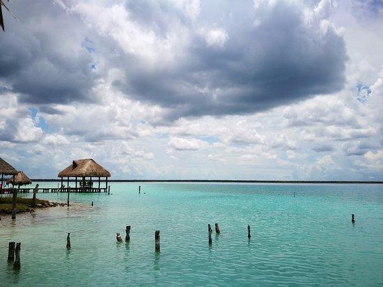 Ecocamping Yaxche: Vista desde la orilla de la laguna a la que se tiene acceso en el camping