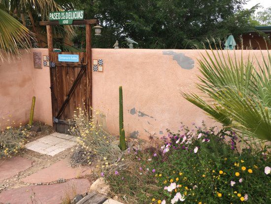 Spin and Margie's Desert Hideaway: Entrance to suites